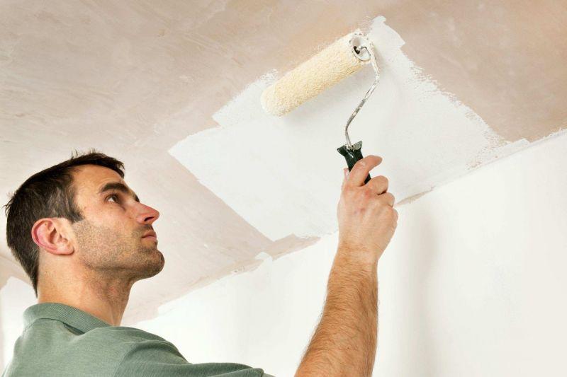 Четыре способа убрать побелку с потолка